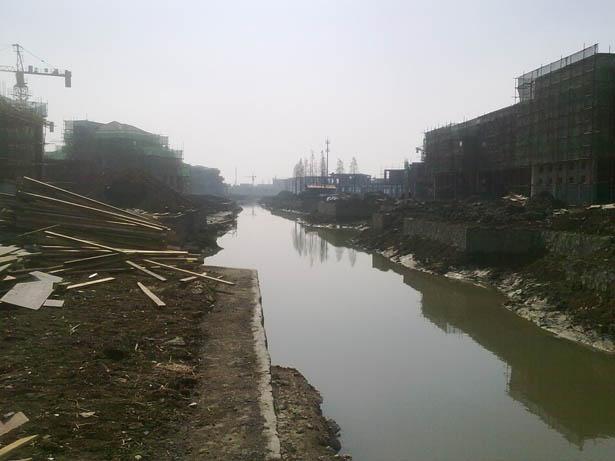 由筑原设计的官林尚岛豪庭居住区商业水街及别墅区建筑主体已经封顶