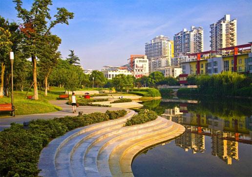 2011年9月7日晚,中国建筑设计大师时匡教授应邀做客筑原学堂,为大家带来题为新城规划苏州工业园区启示的专题报告。 作为苏州工业园区的总规划师,时匡教授带领大家穿越时间,一起回顾了苏州工业园区从设计到实施的全过程。园区作为中国和新加坡两国政府共同建设的开发区,受到了无数的关注,园区从1993年开始做规划编制,1994年正式开工建设,期间在2000年和2003年又经历两次修编,一直到2005年完成全部建设。时匡教授通过大量设计图纸和实景照片,为大家讲述了苏州工业园区规划的背景、方法和特色,以及在实施过